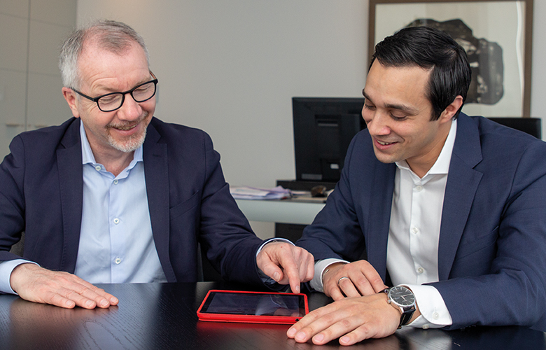 Vorstand Dr. Michael Meyer und Innovationsmanager Robin Nehring von der Stadtsparkasse Düsseldorf