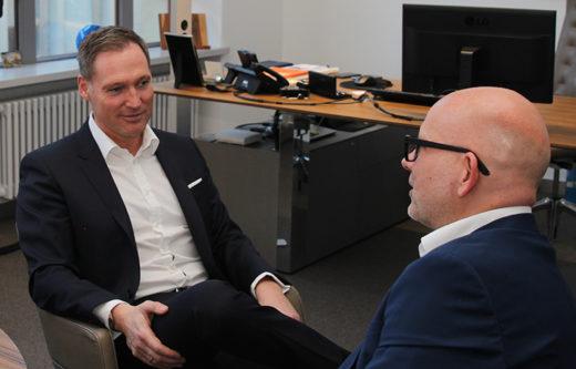 Oliver Lüsch, Vorstand der BBank, und Thorsten Hahn im Gespräch.