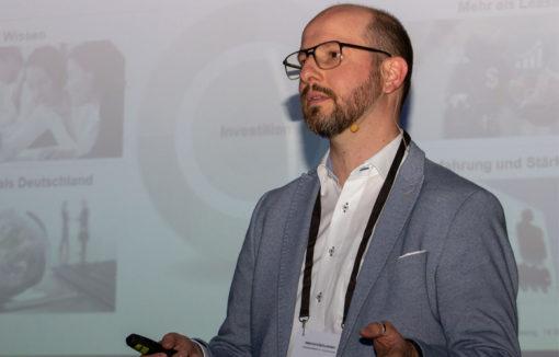 Sven Siering auf der Bühne von INNOVATIONSforBANKS 2019 in Köln.