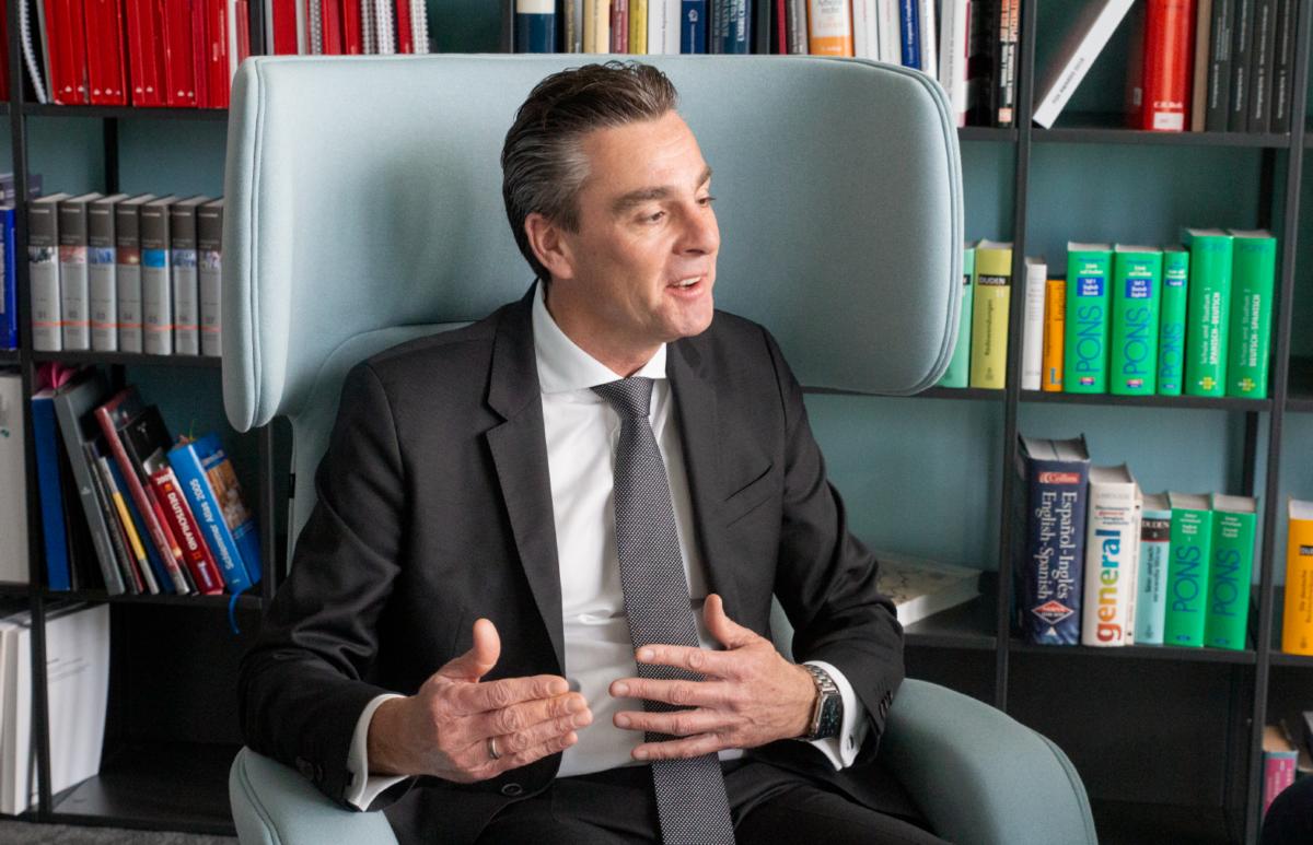 Im Gespräch mit Andreas Glaser. Er ist CFO bei der Santander Consumer Bank AG