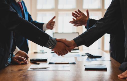 Handeschütteln, Verhandlungen, Versicherung und Banken, Versicherungsmakler, Vermittler von Versicherungen